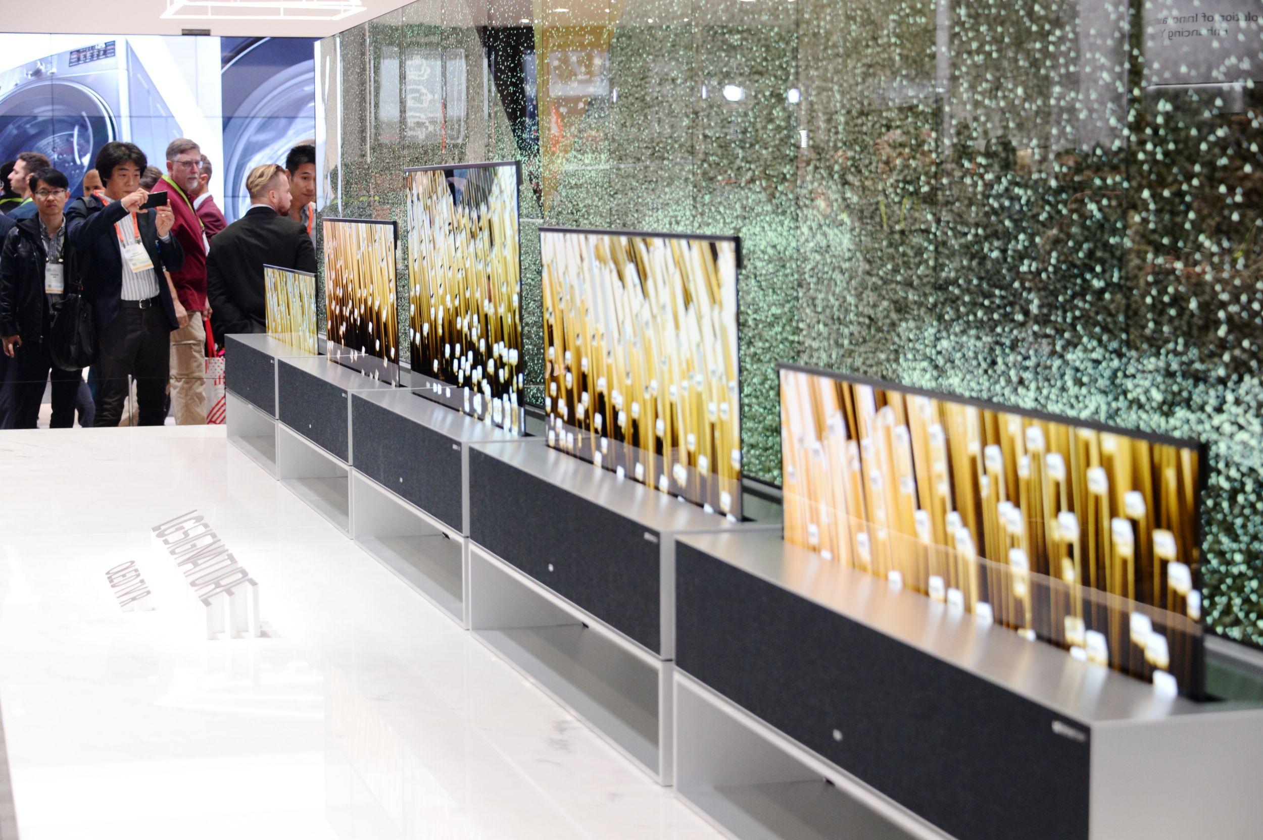LG전자가 현지시간 8일부터 미국 라스베이거스에서 열린 'CES 2019' 전시회에서 세계 최초 롤러블 올레드 TV인 'LG 시그니처 올레드 TV R'을 공개해 관람객들의 이목을 집중시켰다.