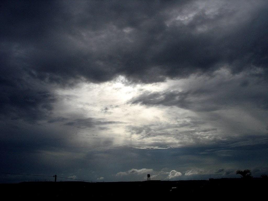 烏雲密佈 今天照的,下了幾天的雨,今天終於不下了,但烏雲還是很重 Max Chien Flickr