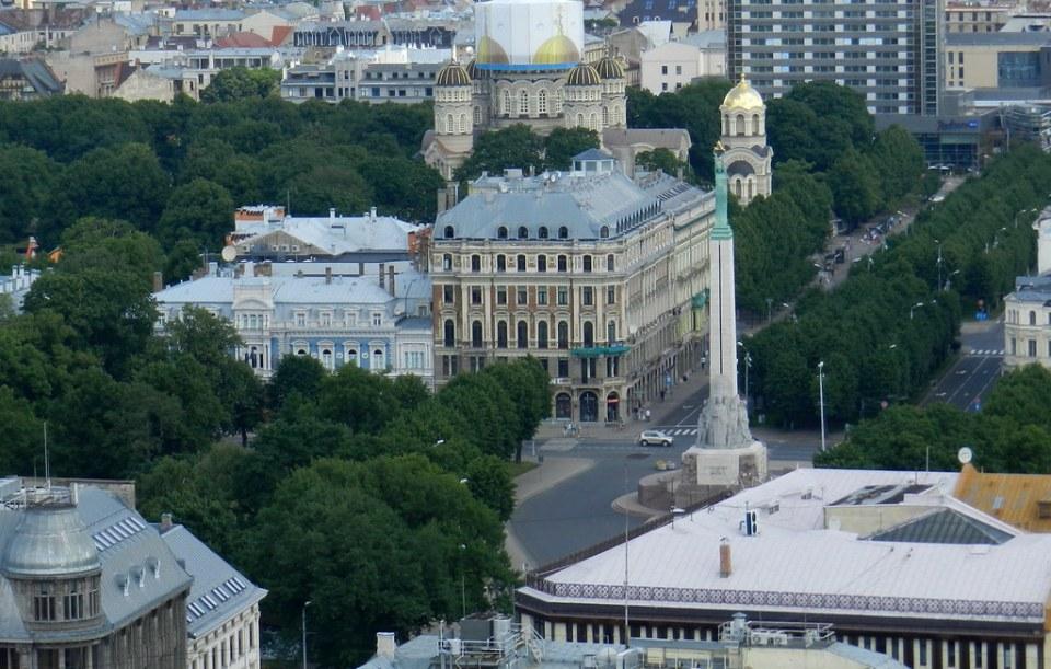 Monumento a la Libertad y Catedral de la Natividad de Cristo ortodoxa Riga Letonia 07
