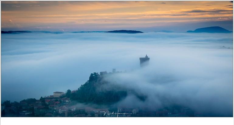 Het dorp Polignac met de ruïne in de mist. Magische omstandigheden die er niet altijd zijn. Maar als ze voorvallen... (EOS M5 + 60mm | ISO100 | f/8 | 1/100)