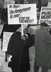 Freeway opponents picket mayor's home: 1968