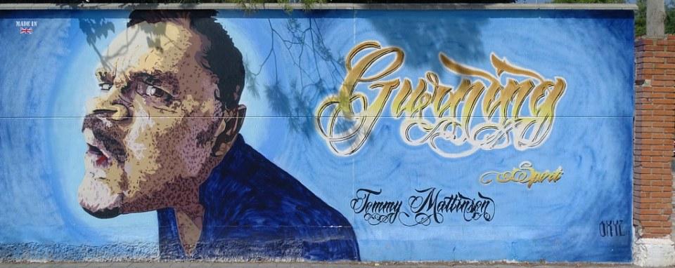 Tommy Mattinson Graffiti pintura mural sobre el deporte e igualdad en Polideportivo Alcazar de San Juan Ciudad Real