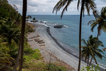 Aangezien het vulkanische eilanden zijn, bestaan de meeste stranden uit zwart gesteente.