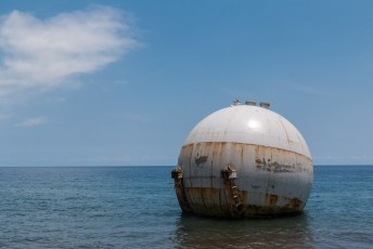 Her en der liggen nog wat scheepswrakken of zaken als deze gastank in het water.