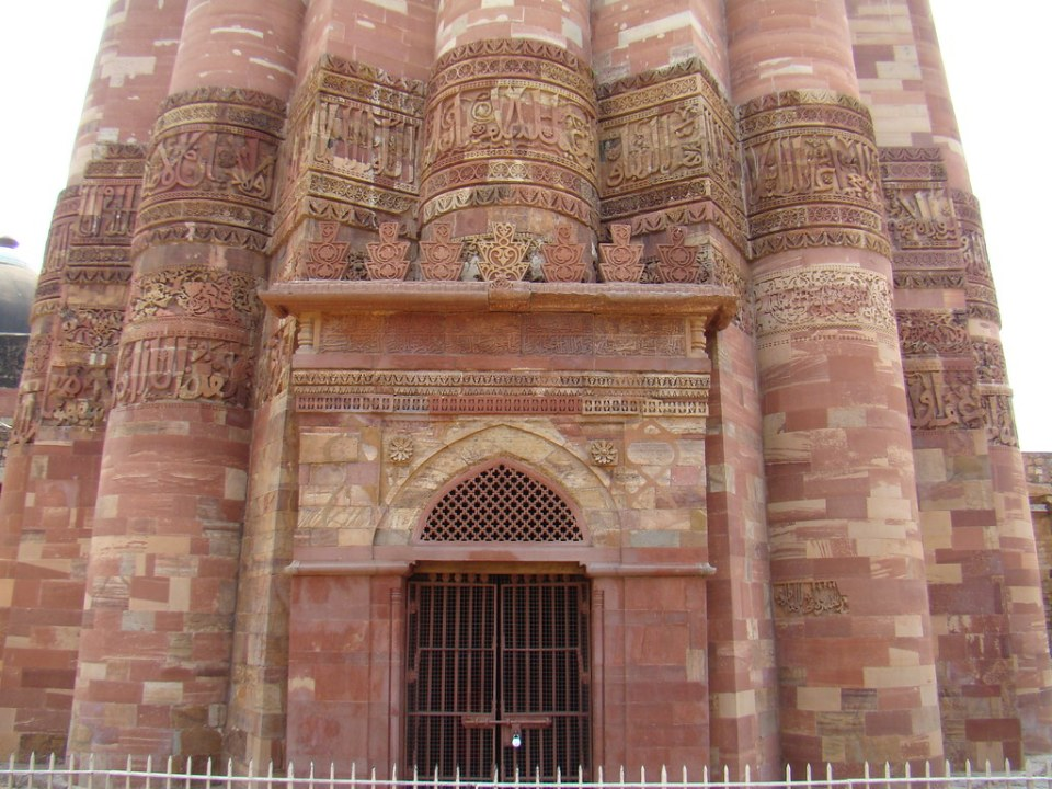 relieves caligraficos exterior Minarete Qutub o torre Qutab Minar complejo Qutb Delhi India 29