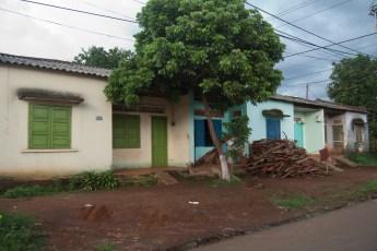 Häuschen mit Baum