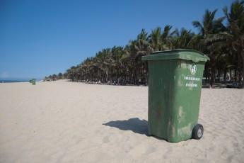 Müllkübel am Strand von Hoi An