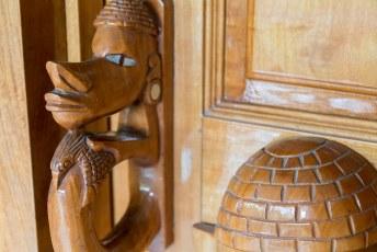 Traditioneel hebben de kano's in de Solomons Eilanden een Nguzu-Nguzu op de boeg. WIj hadden ze als deurknoppen.