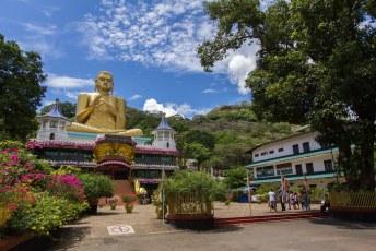 de reis ging verder naar Dambulla, waar de grootste Buddha ter wereld in deze specifieke houding staat