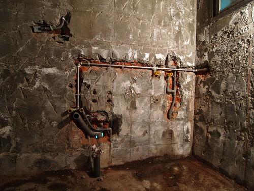 第一天工程完工照   泥水師傅打完壁磚跟地磚後換水電師傅登場,熱水管請水電師傅一併換新,因為原來的熱 ...