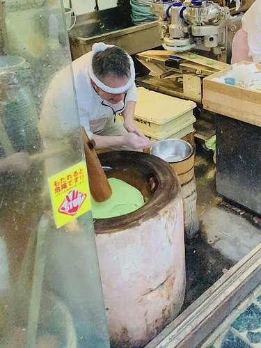 Yomogi mochi shop Nakatanidou (中谷堂), Nara, Japan