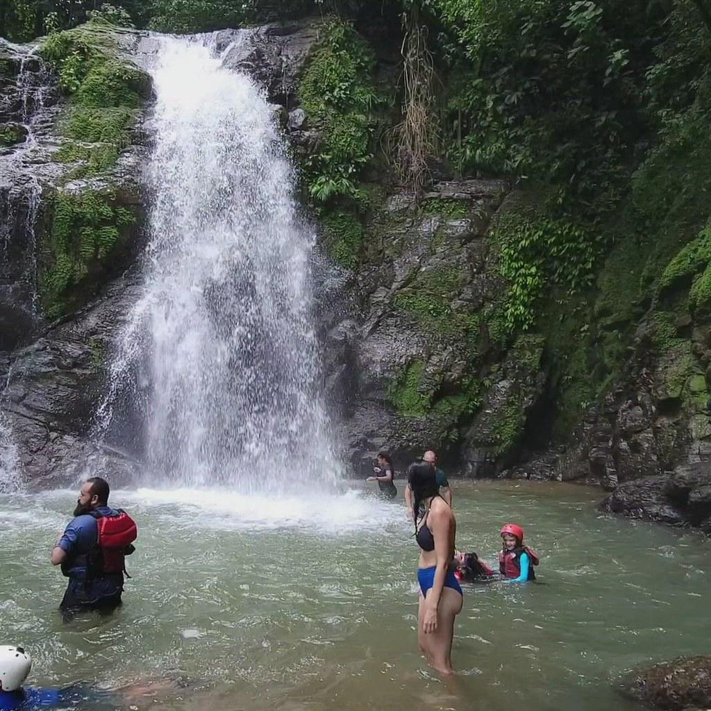 Video - waterfall stop on Savegre river rafting tour
