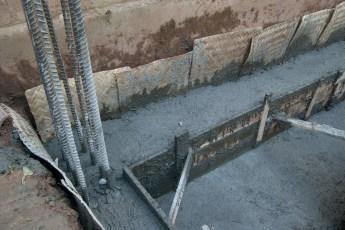 Betonmauer auf Fundament