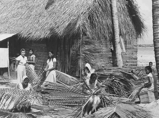 Women Thatching, Agat 1945