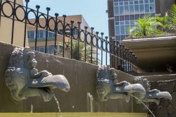 De fonteinen voor de deur van het Teatro Nacional.