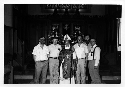P107.006m.r.t Dignity/Canada/Dignite May 1986: Five men standing beside a priest