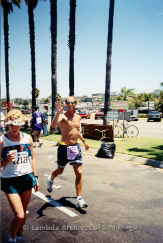 P263.004m.r.t Rock n Roll Marathon San Diego: Man running the marathon and woman drinking water