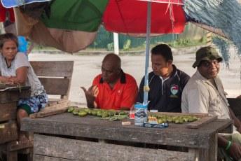 Naast vis wordt er op de markt voornamelijk betelnoot aangeboden.