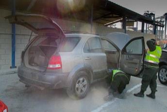 Drugsinspectie van mijn auto voor het transport per ferry naar Panamá.