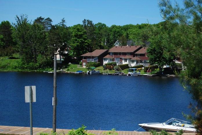 Lago al lado de la calle principal de Huntsville, Ontario