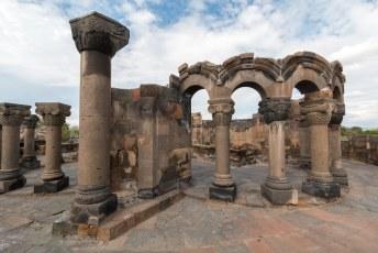 En het is allemaal gebouwd in de 7de eeuw, men vond het zo mooi dat op diverse plekken gebouwen zijn neergezet die qua architectuur zijn beïnvloed door dit gebouw.