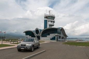 Er is ook een vliegveld gebouwd vlakbij Stepanakert, maar er is nog nooit een vliegtuig geland. Officieel ligt het namelijk in Azerbeidzjan, en die geven geen toestemming.