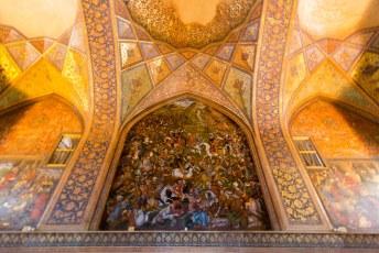 Binnen hebben ze de boel opgeleukt met frescos die verschillende oorlogen die de Sjah voerde voorstellen.