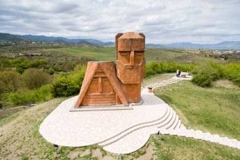 Dit is het symbool voor Nagorno Karabach, het monument Tatik Papik (opa & oma) in de hoofdstad Stepanakert.