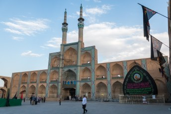 We logeerden vlak naast dit Amir Chakhmaq Complex.