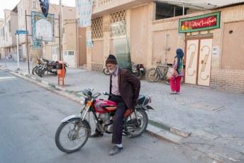 Hier zien we een glaszetter in Kashan op weg naar een klus.