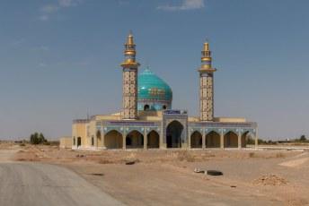 's Morgens gingen we meteen weer verder, Yazd kenden we immers al. Op naar Shiraz. Onderweg uiteraard weer overal en nergens moskeeën.