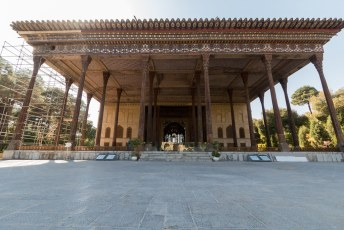 Het paleis is beroemd vanwege de 20 houten pilaren, de naam betekent 40 pilaren want zoveel zie je er als je de spiegeling in de vijver ervoor meetelt.