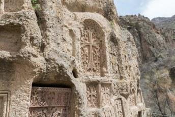 Buiten heb je nog meer knappe beeldhouwwerkjes in de rotsen.