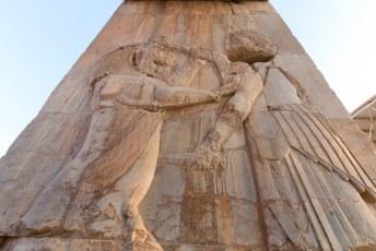 Hier zien we trouwens Darius die een leeuw te lijf gaat.