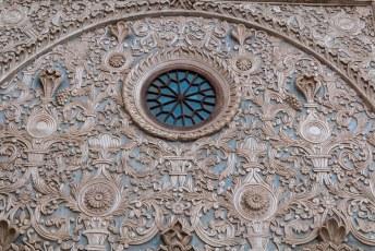 Één van de onderscheidende karakteristieken van dit huis zijn dit soort reliëfs, waar gerenommeerde artiesten aan hebben gewerkt.