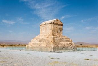 Hier binnen was Cyrus begraven, op een gouden bed.