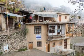 Het bijzondere van dit dorp is dat de daken van de lager gelegen woningen fungeren als straat voor de woninglaag erboven.