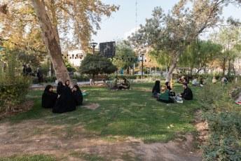 Grapje, er zijn in Iran helegaar geen kroegen. I.p.v. naar de kroeg gaan zet iedereen zijn tentje op in een parkje.