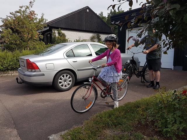Ava och Janne cyklar