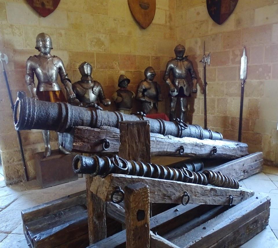 cañon lanzas y armadura Sala de Armas Alcazar de Segovia 04