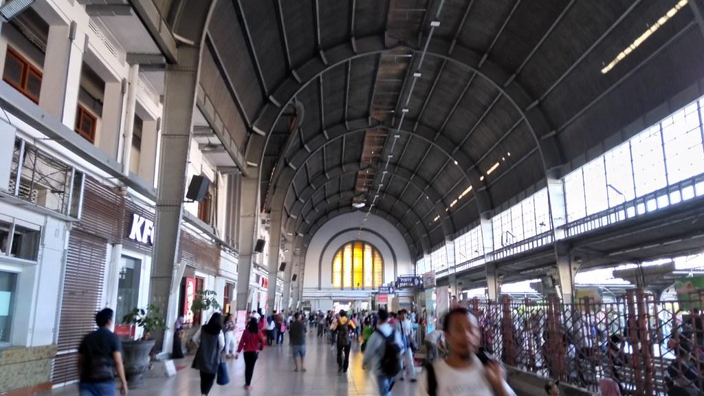 Di Stasiun Kereta