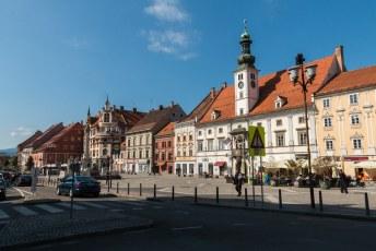 Het witte gebouw rechts met het torentje is het oude gemeentehuis. Adolf Hitler heeft ooit nog een toespraak gehouden vanaf het balkonnetje.