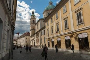 Weer beneden op weg naar een kroeg liep ik langs de Sinterklaas Kathedraal.