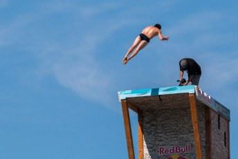 De jongens van Red Bull wilden ook graag van de brug springen, maar hadden zoals je ziet niet opgelet tijdens de instructie.