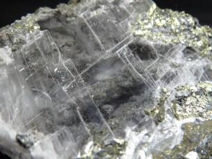 Mineral: Selenita con calcopirita