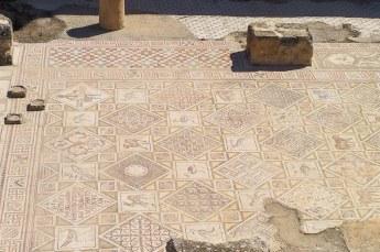 Zelfs de mozaïekvloer van de Sint Cosmos kerk is nog grotendeels in tact.