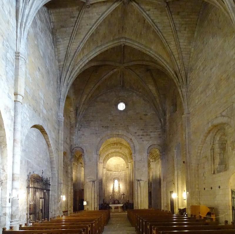 nave mayor altar coro abside interior de Iglesia del Monasterio San Salvador de Leyre Navarra 11