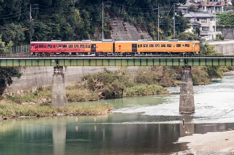 Tren Iyonada Monogatari a su paso por Ozu