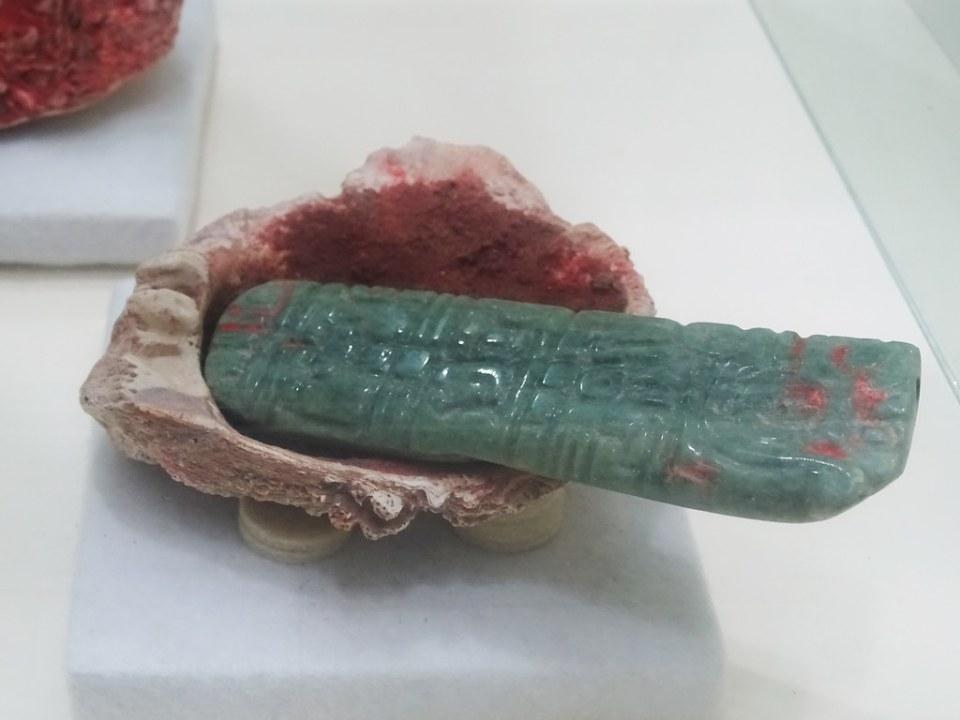 ofrendas de jade y concha Templo de Rosalia necropolis Museo de Arqueologia Copan Maya Ruinas Honduras 01