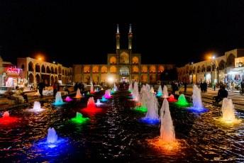 's avonds ziet dat er zo uit, het is 1 van de grootste Hosseinieh in Iran.